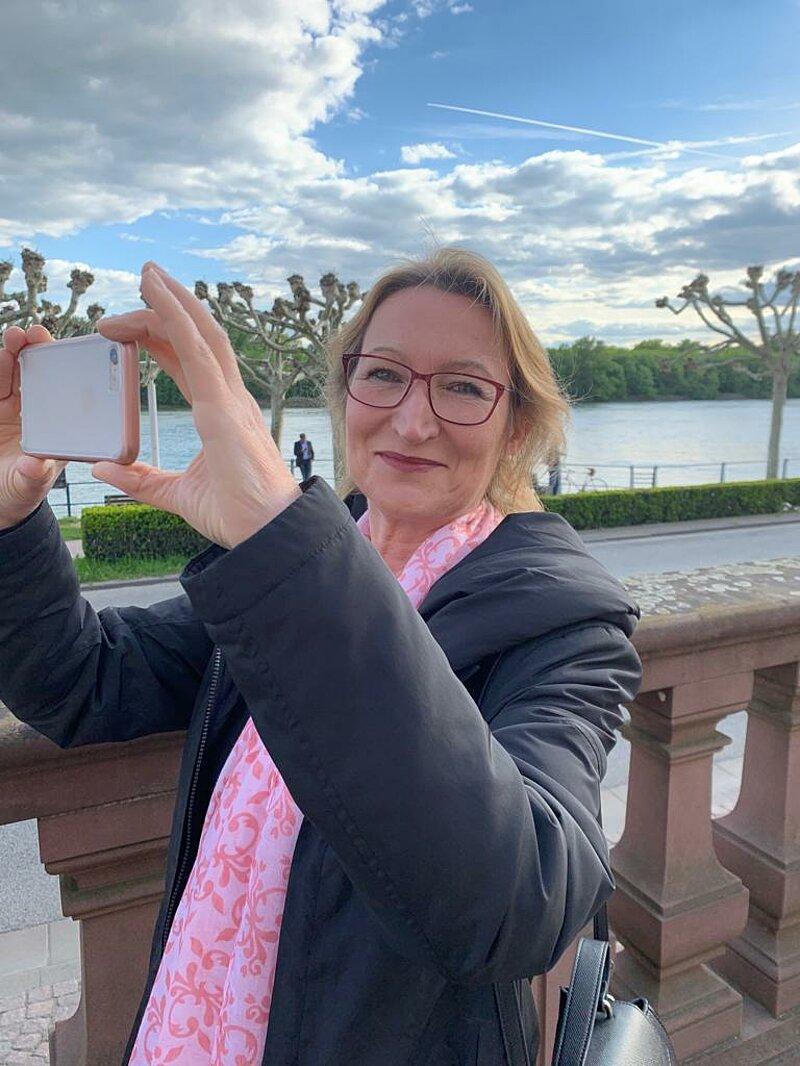 Anja Dorothea Vogt Bürgermeisterkandidatin vor dem Schloss Biebrich